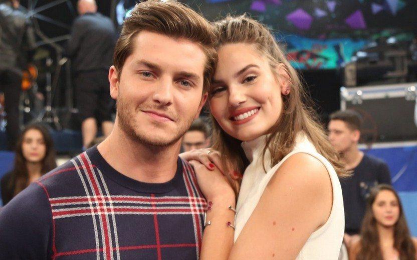 Os atores Camila Queiroz e Klebber Toledo (Foto: Divulgação/TV Globo)