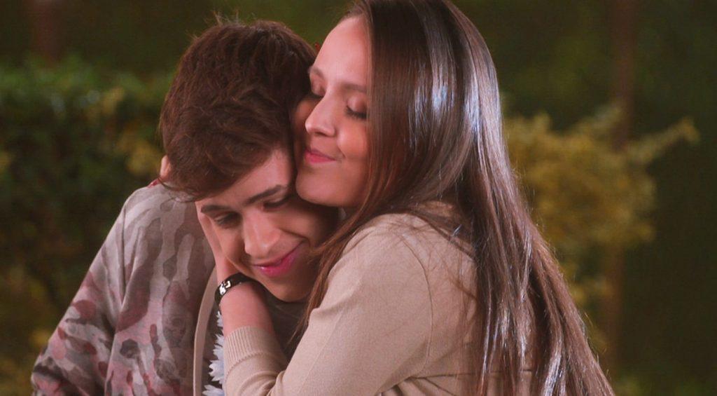 Mirela não resiste a fofurice de Luca e o abraça em As Aventuras de Poliana