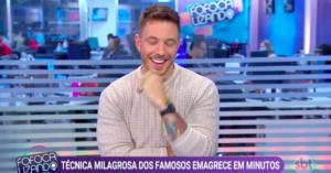 Gabriel Cartolano apareceu sem camisa durante matéria no Fofocalizando e deixou os apresentadores sem fôlego. Foto: Reprodução/SBT
