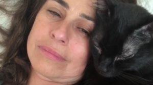 Daniela Escobar se pronuncia após receber ataques no Instagram, depois de compartilhar a história da mordida que recebu de seu gato (imagem/ Instagram)