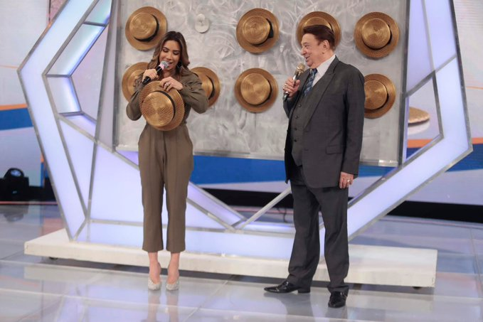 Patrícia Abravanel não tirou o chapéu para Hellen Ganzarolli no Raul Gil (Foto: Divulgação)Patrícia Abravanel não tirou o chapéu para Hellen Ganzarolli no Raul Gil (Foto: Divulgação)