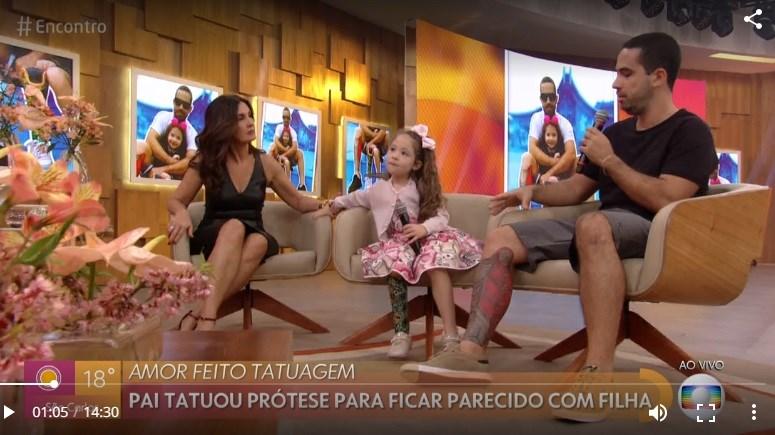 Fátima Bernardes se divertiu bastante com presença de criança no palco do encontro (Foto: Globo)