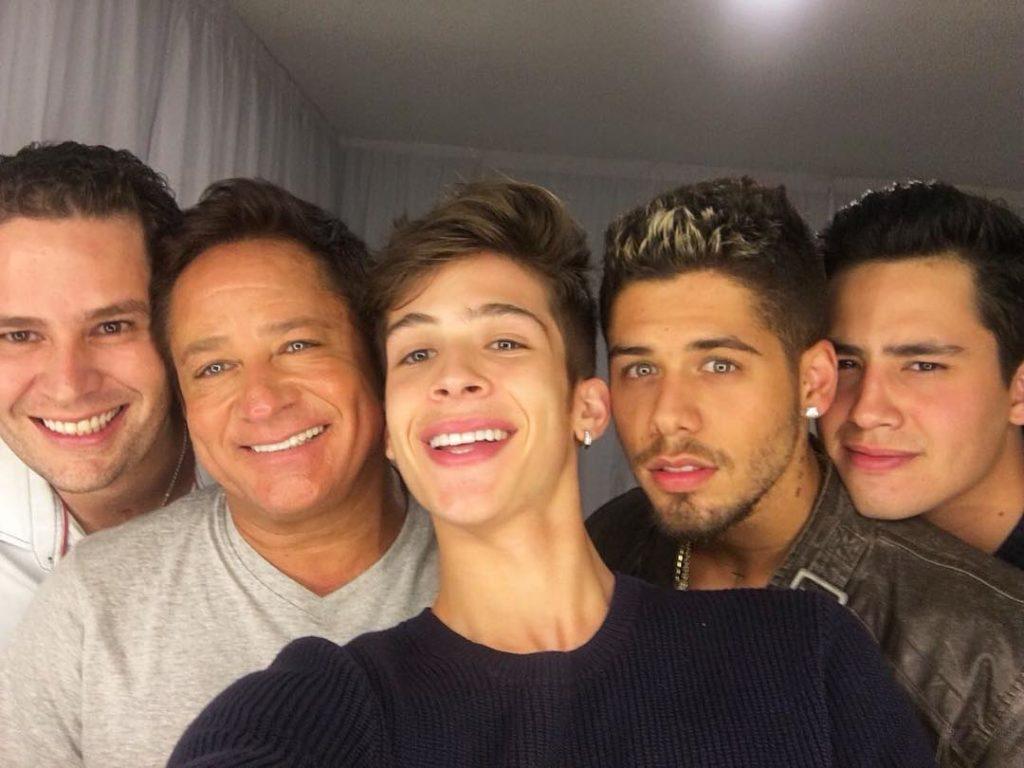 Leonardo em foto com os filhos, inclusive João Guilherme