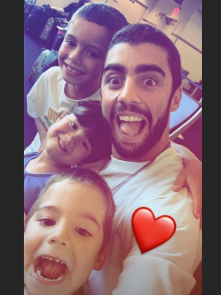 Pedro Scooby fala das dificuldades para conseguir viajar com os filhos. Ele apresentará Anitta para as crianças (Imagem: Instagram)