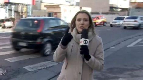 Roberta Chevitarese teve atitude nobre durante reportagem ao vivo na Globo (Foto: Reprodução)