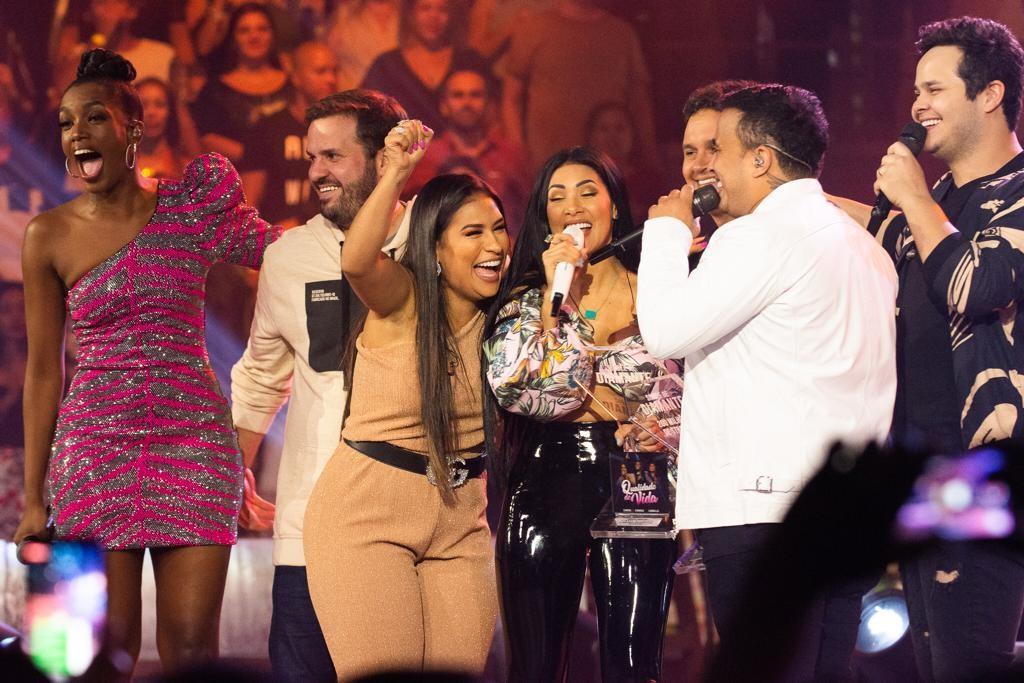 Iza, apresentadora do Música Boa Ao vivo, comemora com seus famosos convidados a premiação de Simone e Simaria (Foto: CJtoskano)