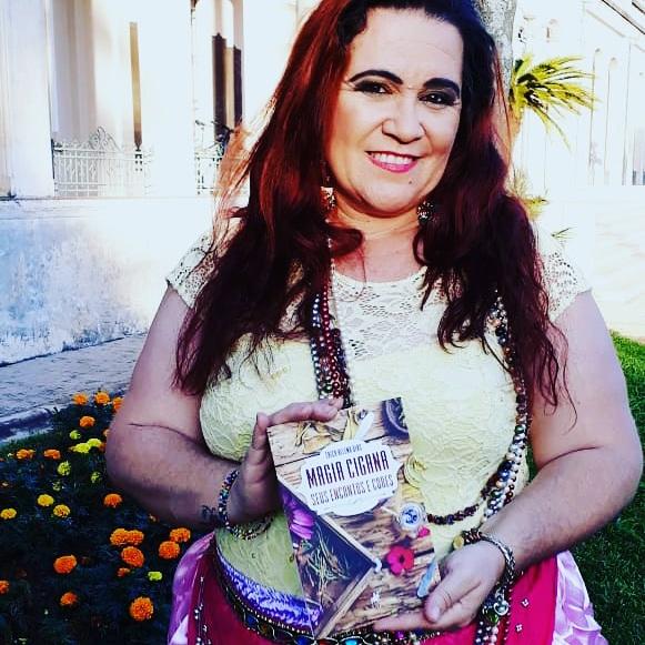 Érica Sensitiva lançou o livro 'Magia Cigana - Seus Encantos e Cores'. Foto: Reprodução William bONNER