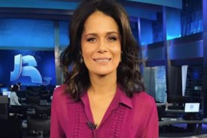 Adriana Araújo na bancada do Jornal da Record. Foto: Reprodução