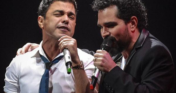 Dupla de cantores sertanejos Zezé Di Camargo e Luciano durante um show (Foto: Reprodução)