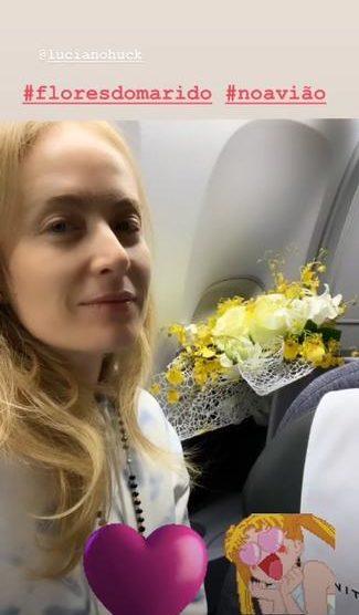 Angélica e o buquê de flores que ganhou de Luciano (Foto: reprodução)