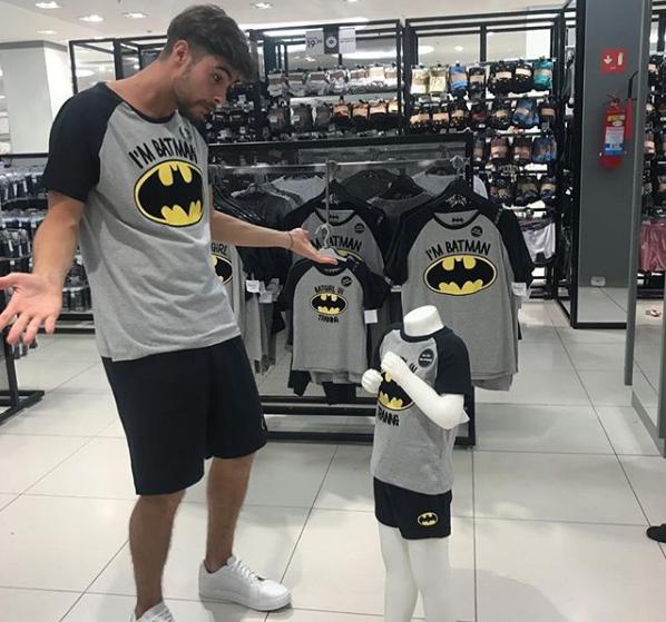 Rafael Vitti conversa com manequim em loja (Foto: Reprodução/Instagram)