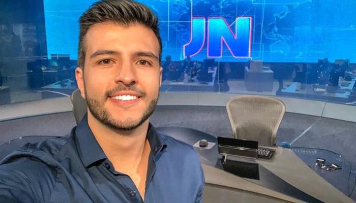 Matheus Ribeiro na redação do Jornal Nacional; jornalista da afiliada da Globo em Goiás vai integrar rodízio de apresentadores do JN (Foto: Reprodução/Instagram)