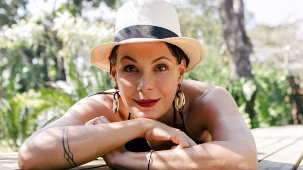 A ex-atriz da Globo, Carolina Ferraz surgiu em momento raro ao lado da filha (imagem: Instagram)