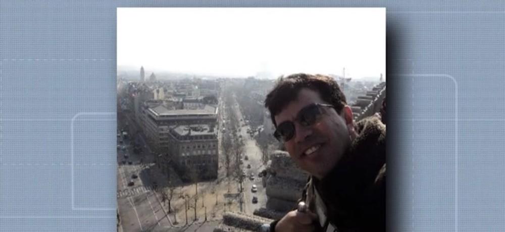 O cantor da Bahia Edilson Dhi morreu após cair da varanda do apartamento (Reprodução: Globo)
