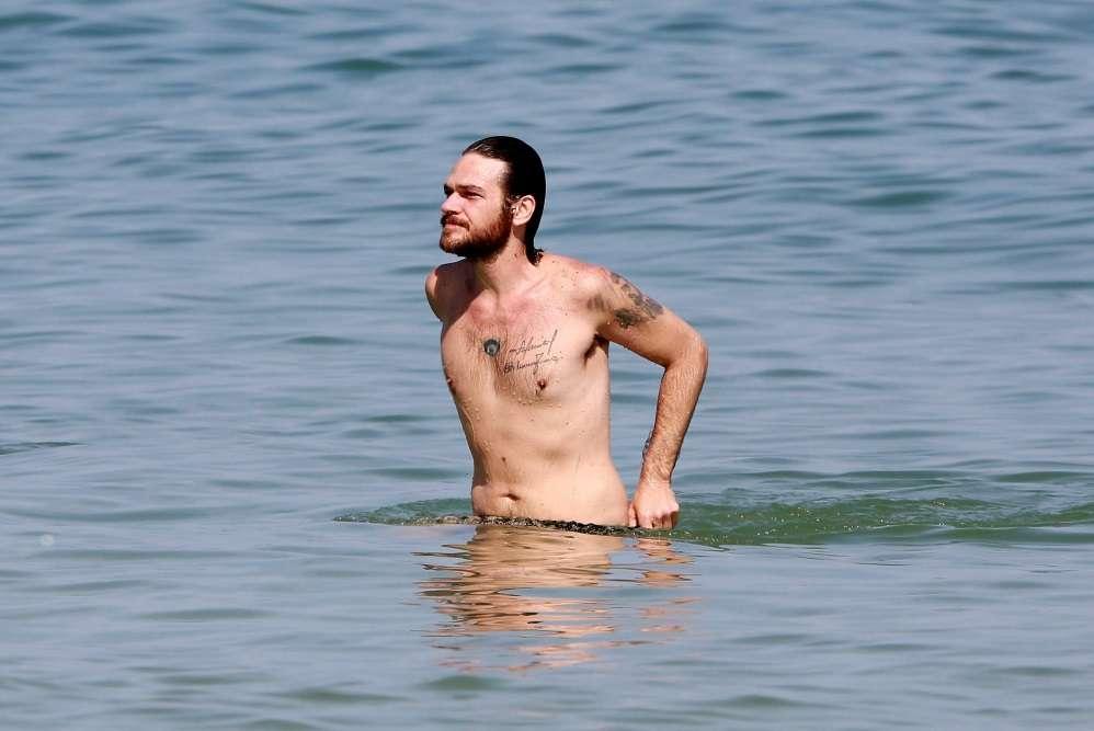 Fabíula Nascimento e Emílio Dantas são flagrados em praia da Barra com o cachorrinho Imagem AgNews)