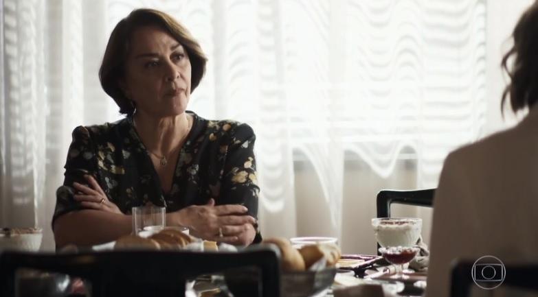 Evelina (Nivea Maria) não gosta da relação da neta e do genro na Globo