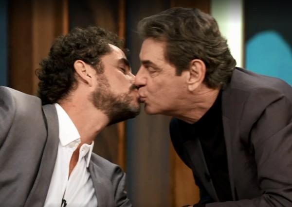 Felipe Andreoli recebe um selinho de seu pai, Luiz Andreoli durante o Conversa com Bial na Globo (Imagem: Globo)