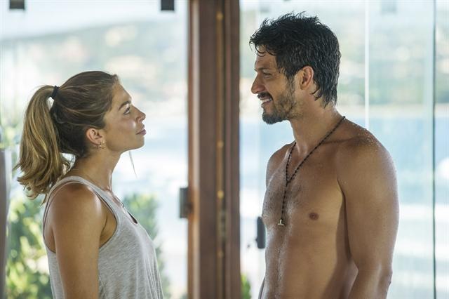 Paloma (Grazi Massafera) e Marcos (Romulo Estrela) em cena de Bom Sucesso (Foto: Globo/João Cotta)