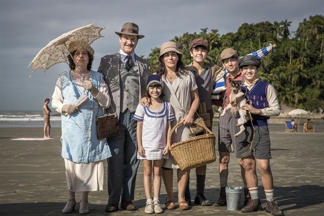 Lola (Gloria Pires) com sua família no remake de Éramos Seis, nova novela das seis da Globo (Foto: Globo/Raquel Cunha)