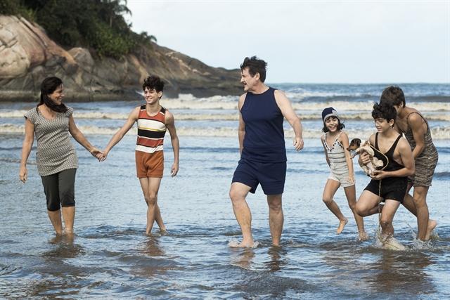 Lola (Gloria Pires) com sua família na praia na novela Éramos Seis, nova novela das seis da Globo (Foto: Globo/Raquel Cunha)