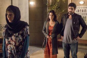 Mágida (Gabriela Munhoz) acusa Jamil (Renato Góes) de ser assassino e Laila (Julia Dalávia) fica em choque na novela Órfãos da Terra (Foto: Globo/Paulo Belote)