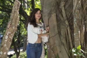 Rita (Alanis Guillen) vê Filipe (Pedro Novaes) chegando e fica desesperada em Malhação: Toda Forma de Amar (Foto: Globo/Estevam Avellar)