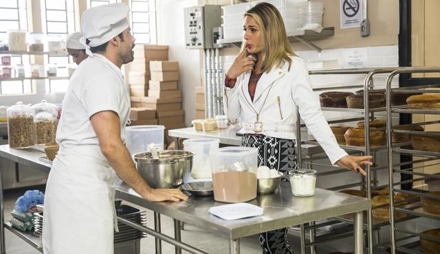 Abel (Pedro Carvalho) saberá que Britney (Glamour Garcia) é homem em A Dona do Pedaço; Walcyr Carrasco reescreveu cena (Foto: Globo/João Miguel Júnior)
