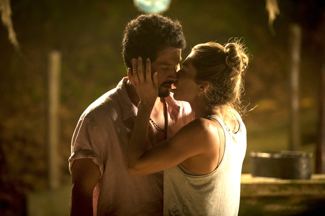 Marcos (Romulo Estrela) e Paloma (Grazi Massafera) se beijam em Bom Sucesso (Foto: Globo/João Cotta)