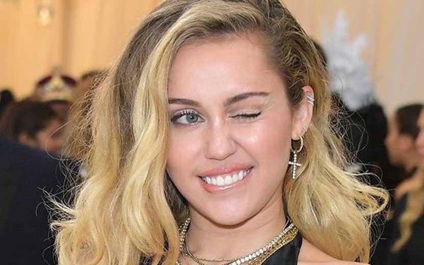 Depois de divórcio com Liam Hemsworth, Miley Cyrus é flagrada aos beijos com outra pessoa (Foto: Reprodução)