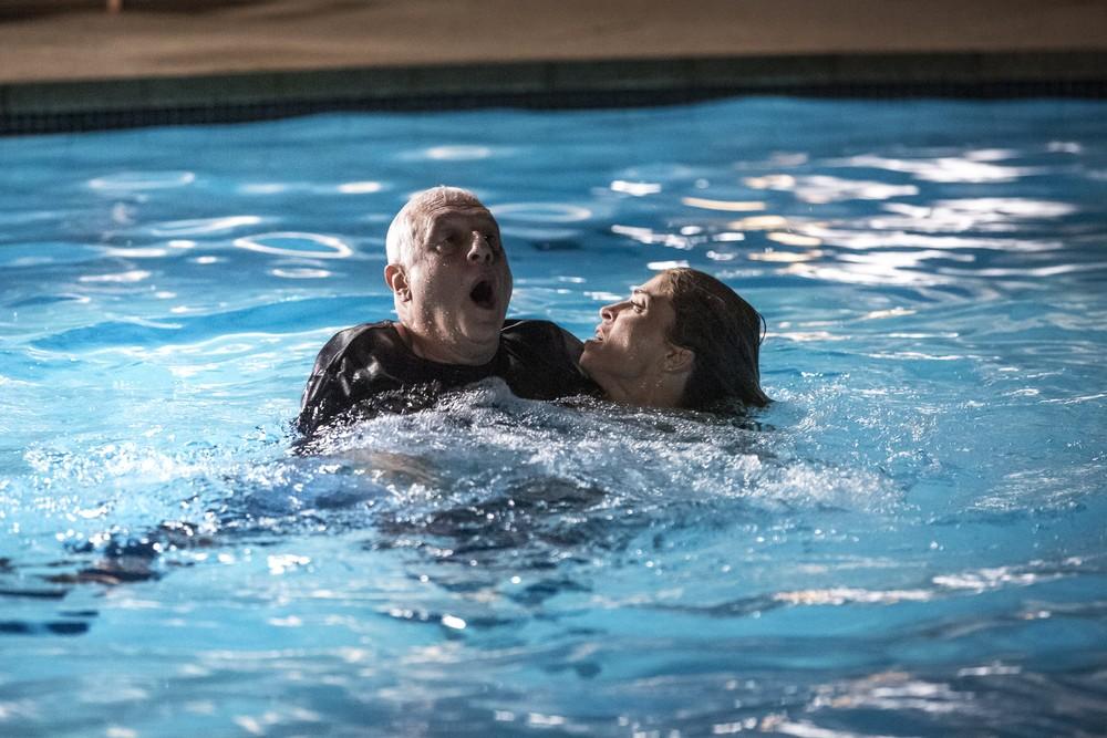 Paloma mergulha em piscina para salvar Alberto em Bom Sucesso (Foto: Isabella Pinheiro/Gshow)