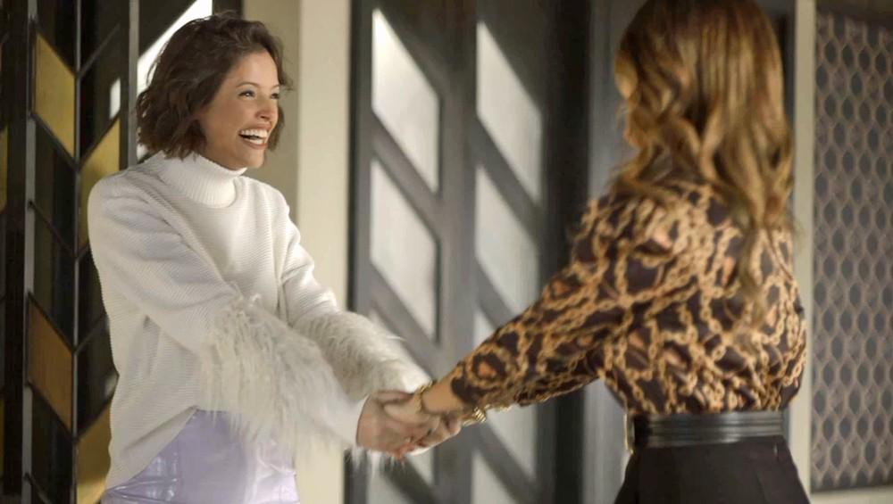 Josiane comemora com sua mãe ter conseguido o a fábrica de bolos na Globo em A Dona do Pedaço (Foto: Reprodução)