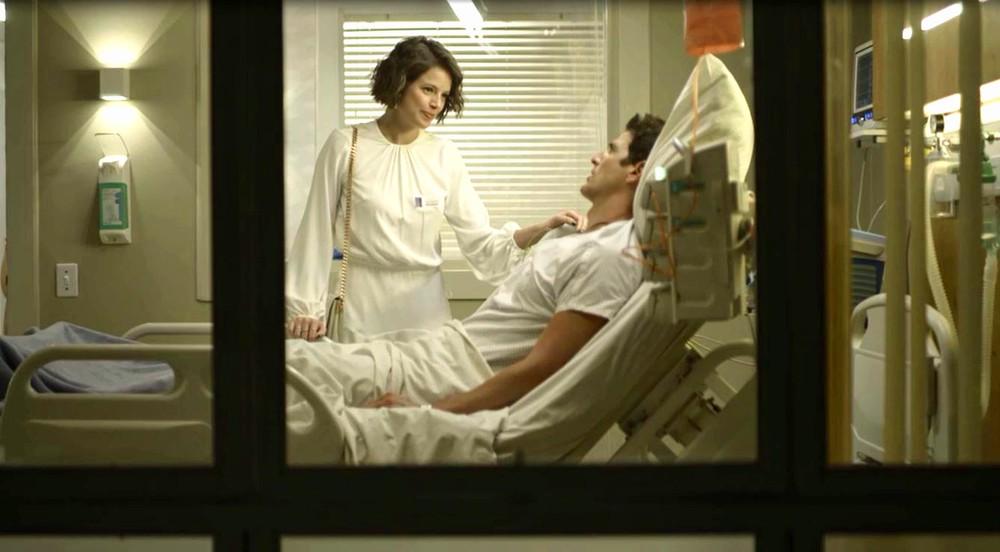 Josiane visita Régis no hospital em A Dona do Pedaço da Globo
