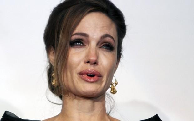 A atriz Angelina Jolie chora ao se despedir de seu filho Maddox (Foto: Reprodução)