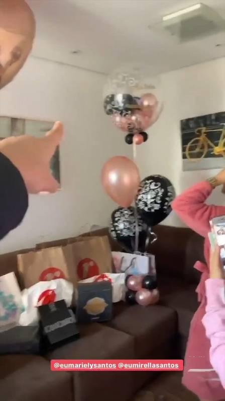 Mc Loma encheu as Gêmeas Lacração de presentes no aniversário (Foto: Reprodução/Instagram)