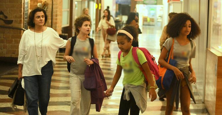 Marieta Severo passeia com as netas no Shopping do Rio de Janeiro (Imagem: Ag News)