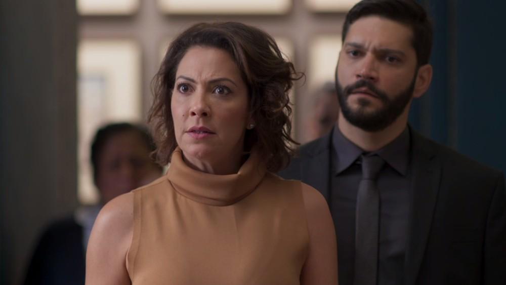 Nana (Fabiula Nascimento) e Diogo (Armando Babaioff) vão acusar Paloma (Grazi Massafera) por roubo em Bom Sucesso da Globo (Foto: Reprodução/Globo)