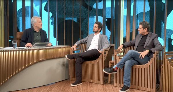 Pedro Bial entrevista Felipe Andreoli e seu pai, o também jornalista Luiz Andreoli no Conversa com Bial na Globo (imagem: Globo)