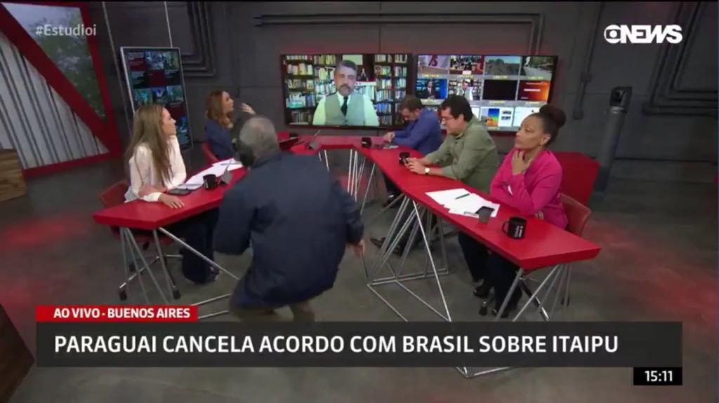 Produtor do Globonews aparece sem querer no meio do programa ao vivo (Imagem: reprodução)