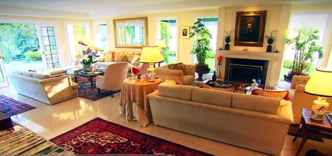 A sala principal da mansão de Ronnie Von; apresentador refez o local quando comprou (Foto: Reprodução)