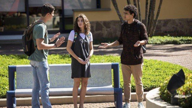 Meg diz a Beto e Guga que não sabe quem é o pai do filho dela em Malhação (Foto: João Miguel Junior/TV Globo/ Divulgação)