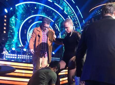 Xuxa troca de roupa no palco do Dancing Brasil com todo mundo olhando (Foto: Reprodução/ Carla Bittencourt)