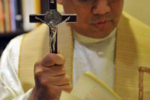 Famosos padres e pastores são envolvidos em diversos rituais, omo exorcismo (Foto: Reprodução)
