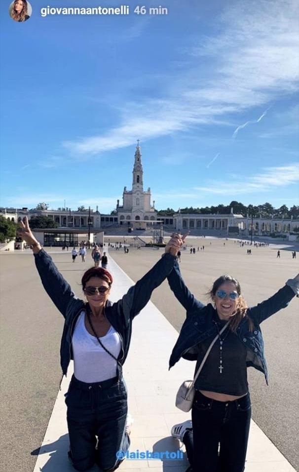 Giovanna Antonelli e amiga caminharam ajoelhadas em igreja de Fátima em Portugal. (Foto: Reprodução)