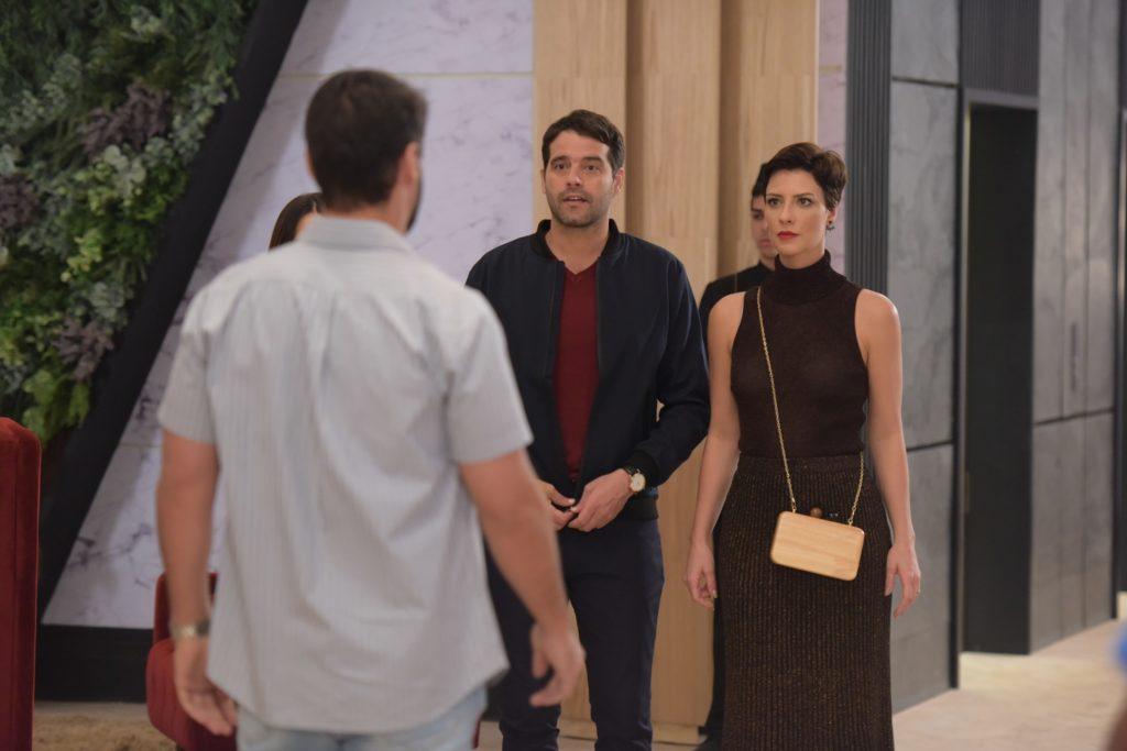 Lima e Sophia na trama de Topíssima da Record chegam em hotel e dão de cara com Antônio