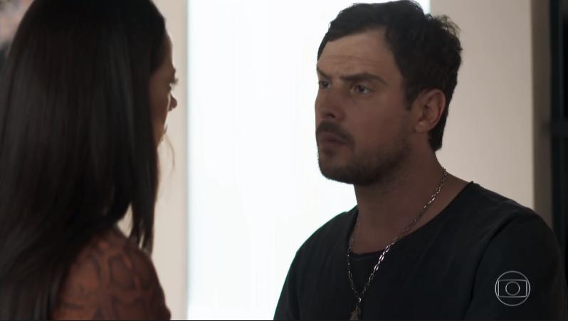 Chiclete (Sergio Guizé) descobrirá que é primo de Vivi (Paolla Oliveira) em A Dona do Pedaço (Foto: Reprodução/Globo)