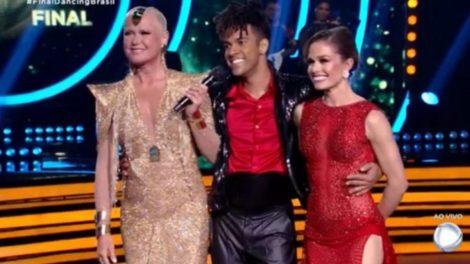 Xuxa com D'Black e sua dançarina, os vencedores da 5ª temporada do Dancing Brasil; pior audiência do reality (Foto: Reprodução/Record)