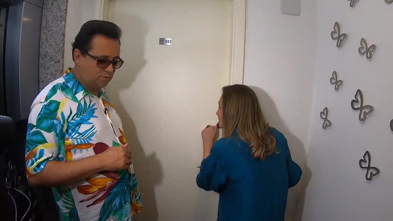 Geraldo Luís e Sonia Abrão invadem casa de Rafael Ilha