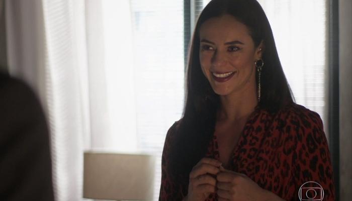 Vivi (Paolla Oliveira) vai trair Camilo (Lee Taylor) dentro da própria casa em A Dona do Pedaço (Foto: Reprodução/Globo)