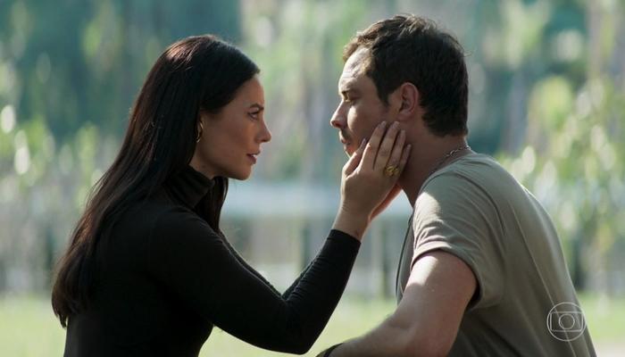 Vivi (Paolla Oliveira) terá caso com Chiclete (Sergio Guizé) após se casar em A Dona do Pedaço (Foto: Reprodução/Globo)