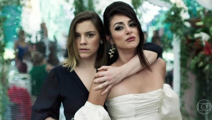 Alice Wegmann (Dalila) e Anaju Dorigon (Camila) em cena do penúltimo capítulo de Órfãos da Terra, que bateu recorde de audiência (Foto: Reprodução/Globo)